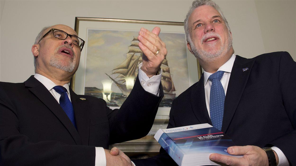 Le ministre des Finances Carlos Leitao (gauche) et le premier ministre Philippe Couillard (droite)