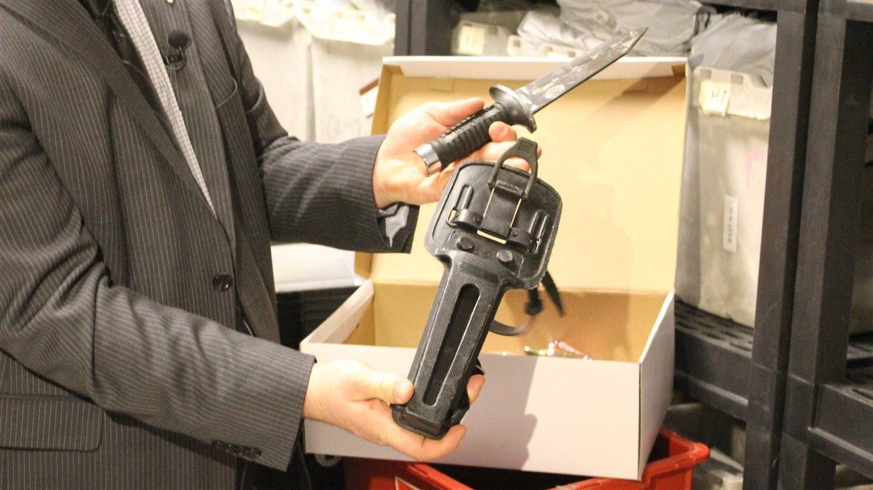 Un voyageur a voulu embarquer avec cet imposant couteau de Rambo à l'aéroport de Montréal.