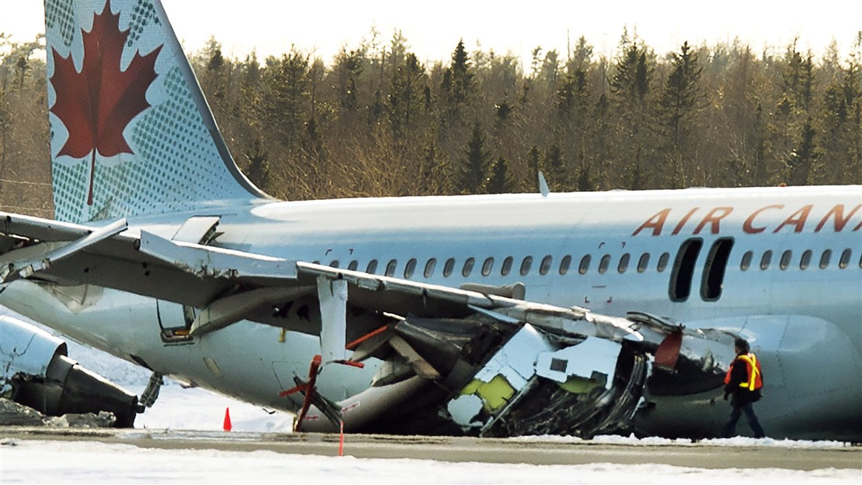 Les enquêteurs inspectent l'avion abîmé à l'aéroport d'Halilfax.