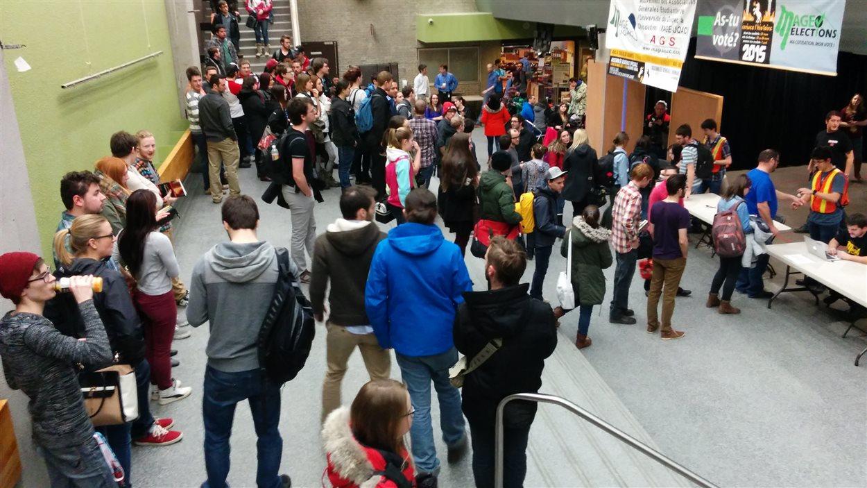 Les étudiants de l'UQAC votent