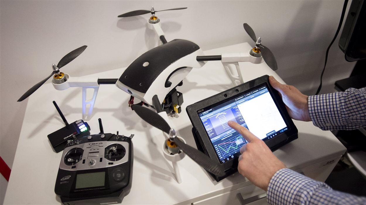 Nikolas Trutiak, un des fondateurs de la compagnie ontarienne DreamQii, montre un drone contrôlé avec une tablette. C'est en Ontario où les entreprises font voler le plus grand nombre de drones au Canada