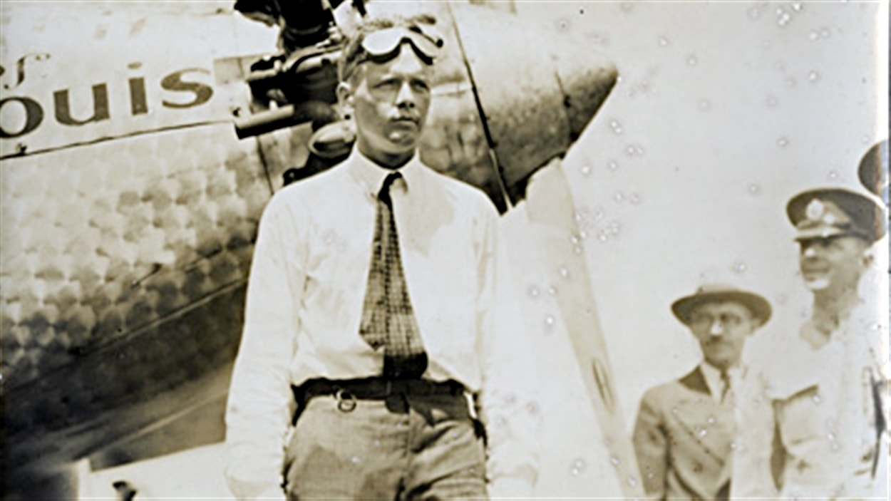 L'aviateur Charles Lindbergh devant son avion Spirit of St-Louis, en 1927.