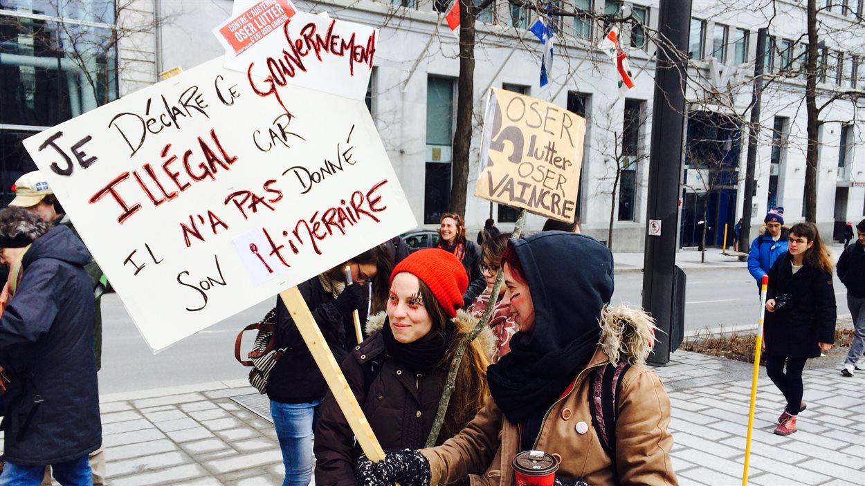 Deux étudiantes manifestent à Montréal.