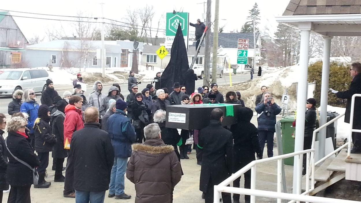 Des citoyens manifestent contre la fermeture de la Caisse Desjardins à Saint-Camille.