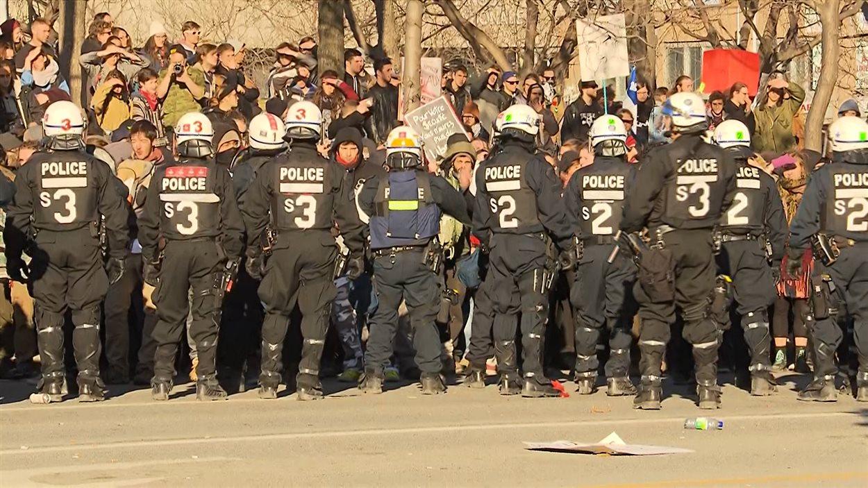 L'escouade tactique du SPVM fait face aux manifestants, qui longtemps après la fin du rassemblement, restent sur les lieux.