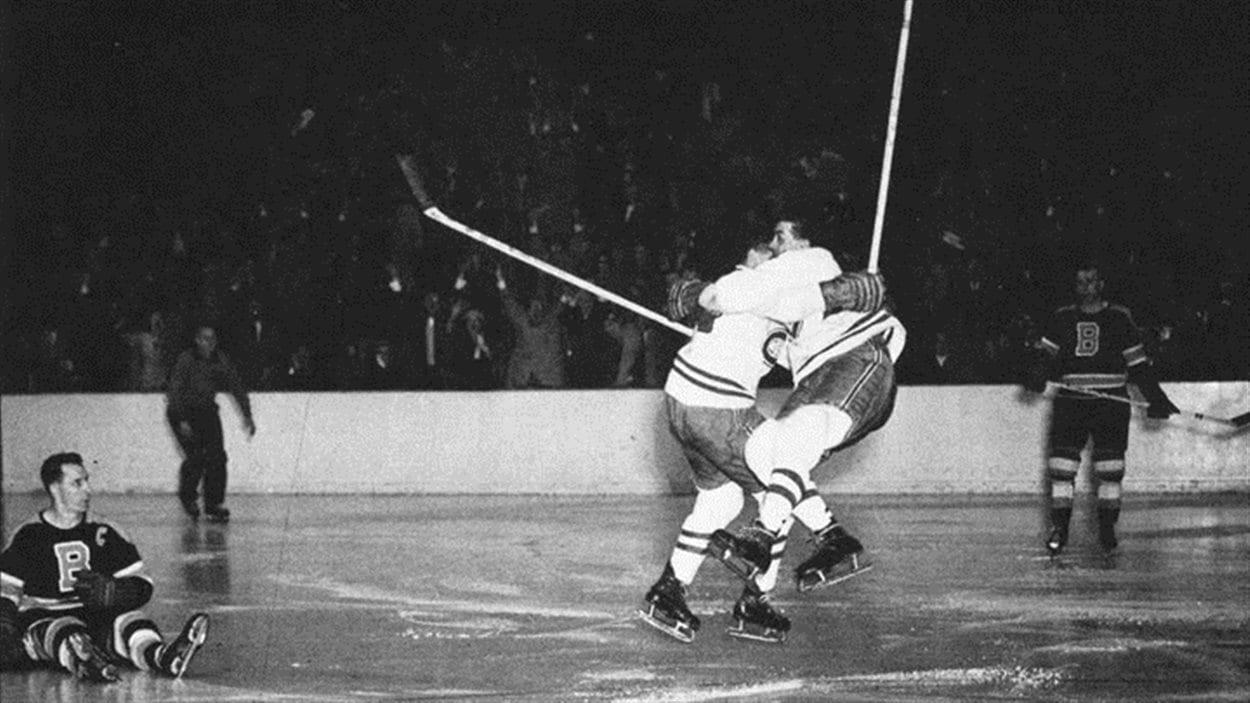 Maurice Richard saute dans les bras d'Elmer Lach en finale de la Coupe Stanley de 1953