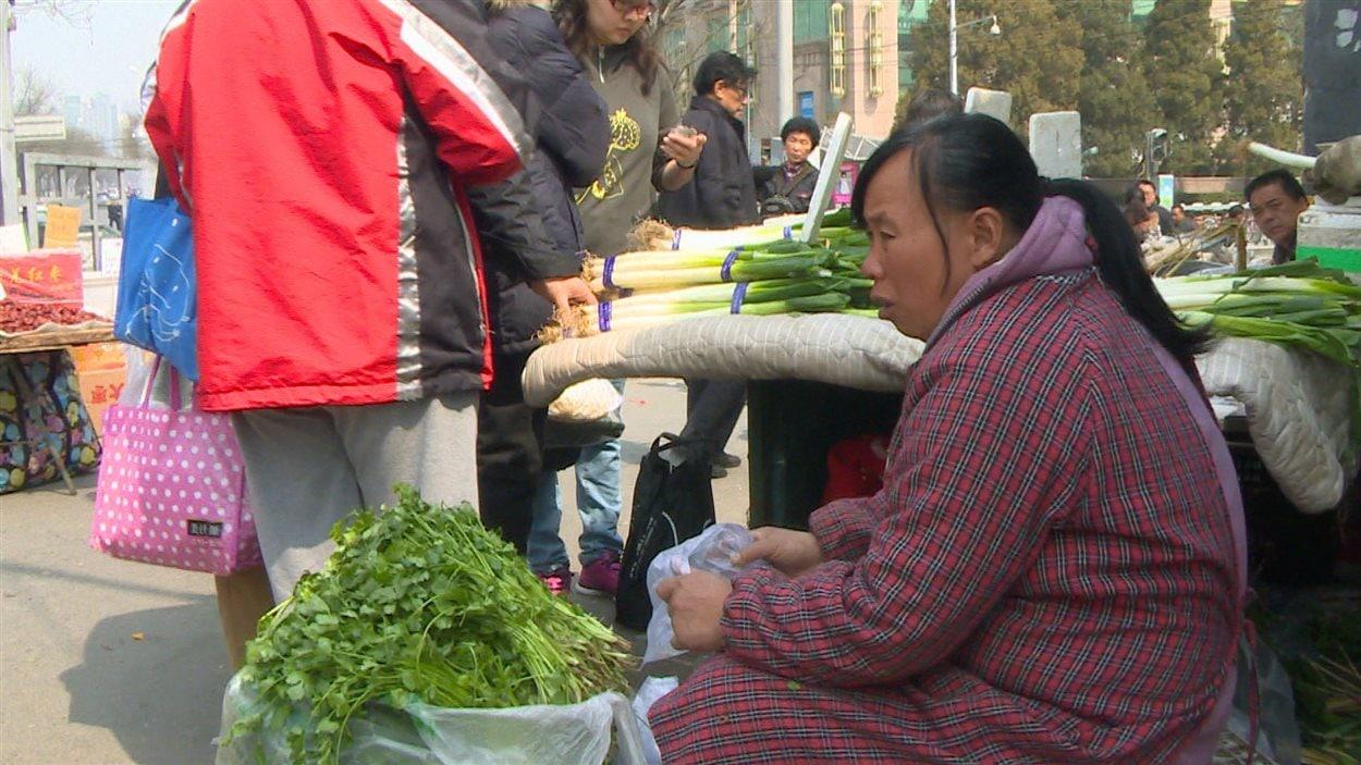 Une femme dans un marché en Chine.