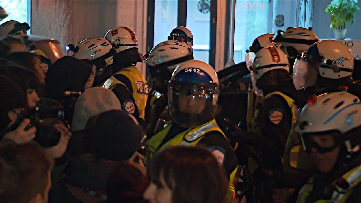 Les policiers du SPVM sont intervenus pour disperser les manifestantes