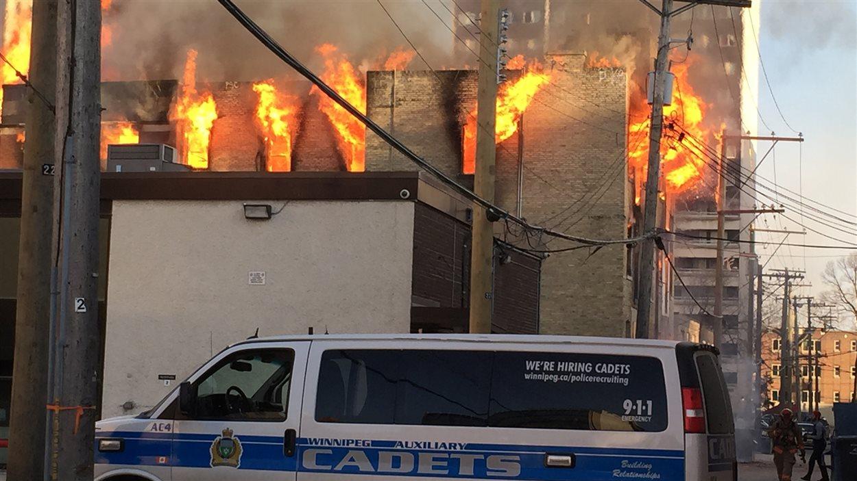 Des flammes s'échappent de l'édifice de la rue Hargrave.