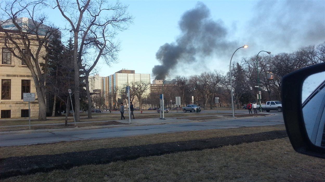 De la fumée qui s'échappent de l'édifice en feu de la rue Hargrave.