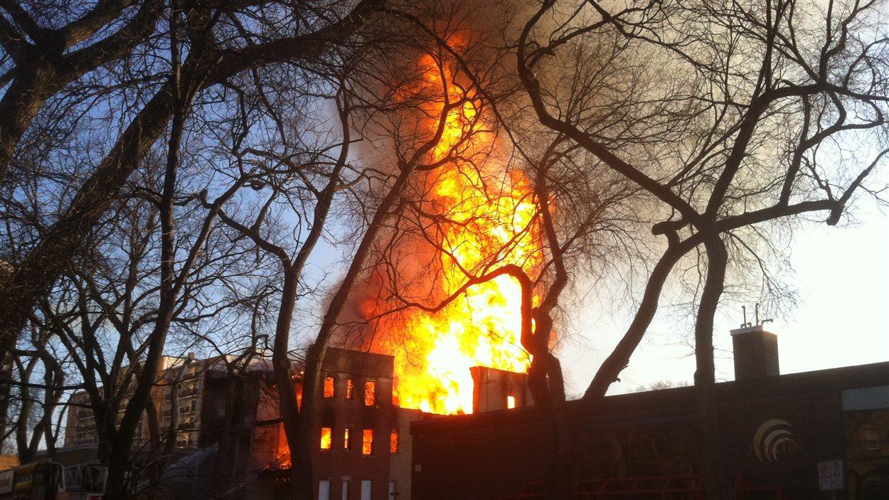 L'immeuble de la rue Hargrave en feu.