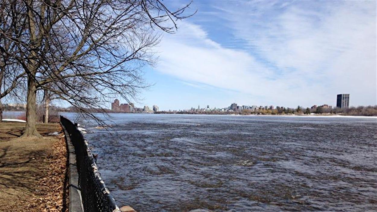 La rivière des Outaouais, avec en arrière plan, le centre-ville de Gatineau (à gauche) et celui d'Ottawa (à droite).