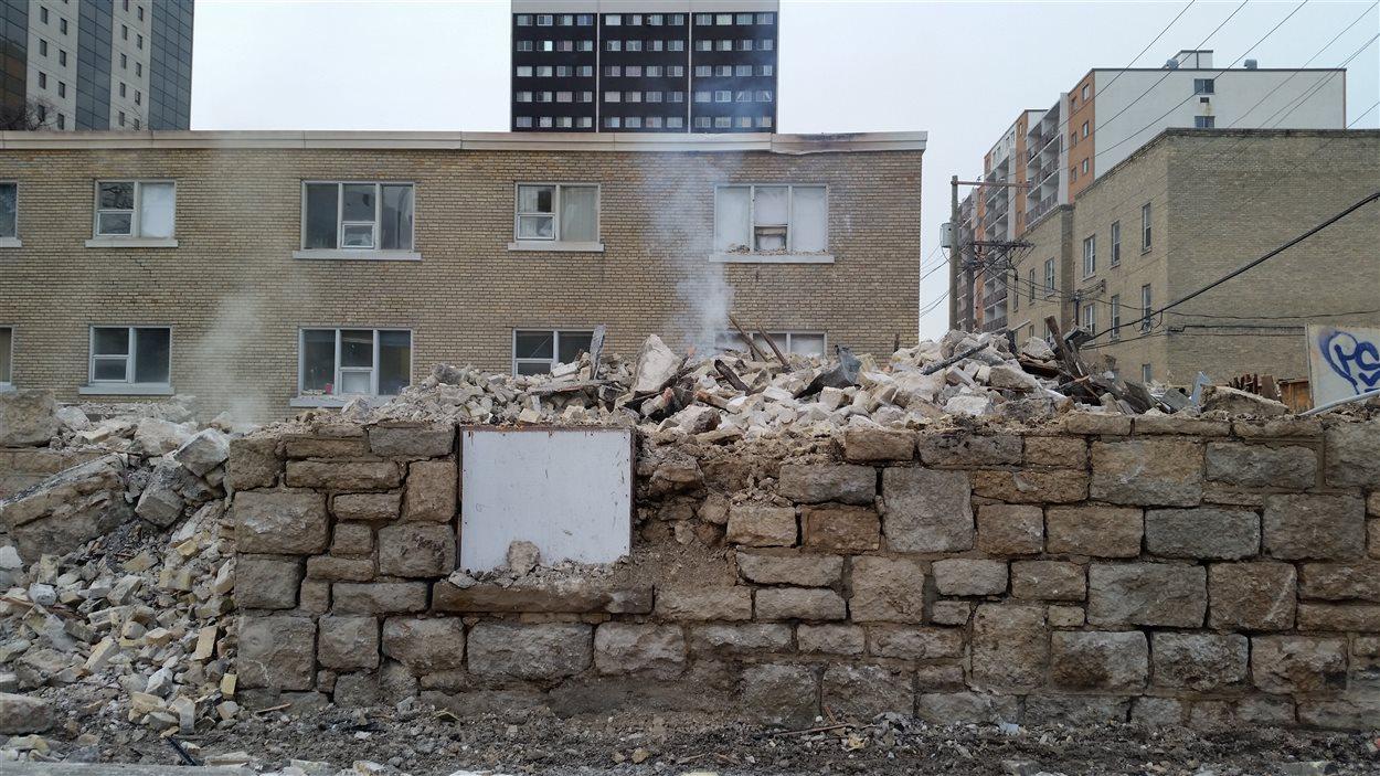 Ce qu'il reste de l'édifice qui a brûlé sur l'Avenue Hargrave.