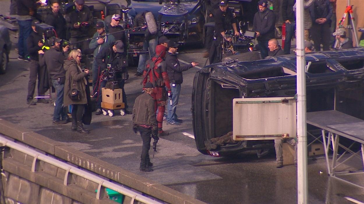 L'équipe de tournage à l'oeuvre sur le viaduc de la rue Georgia.