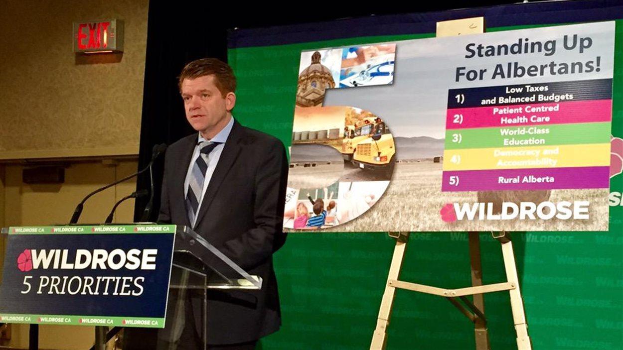 Le chef Brian Jean présente les cinq enjeux principaux de la campagne selon le Wildrose. Mercredi 8 avril 2015.
