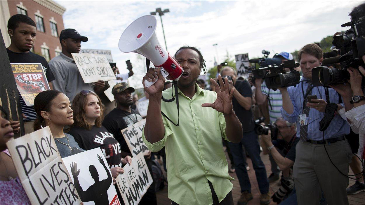 «Huit tirs dans le dos», scandait Muhiydin D'Baha, lors d'une manifestation devant l'hôtel de ville de North Charleston mercredi. «Dans le dos», répondaient les manifestants.