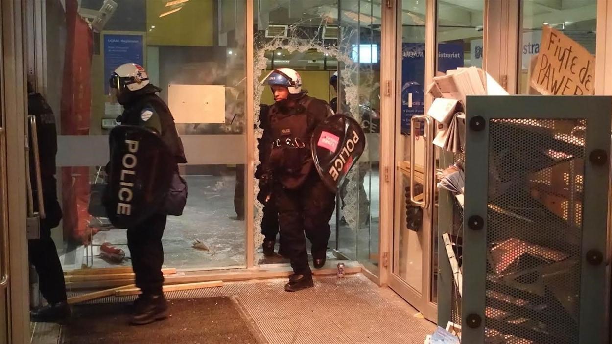 Les policiers du SPVM ont mis fin à l'occupation du pavillon J.-A.-DeSève de l'Université du Québec à Montréal (UQAM).