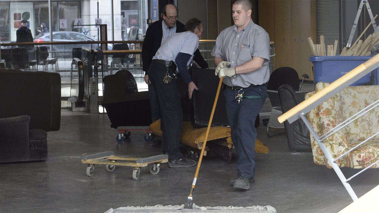 Un employé nettoie au lendemain de grabuges à l'UQAM.