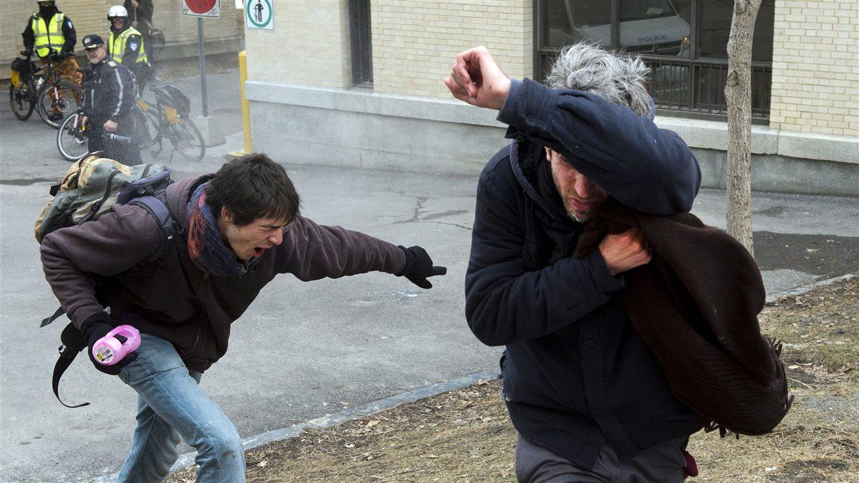 Des manifestants contre l'austérité sont aspergés de poivre de cayenne lors d'une manifestation jeudi.