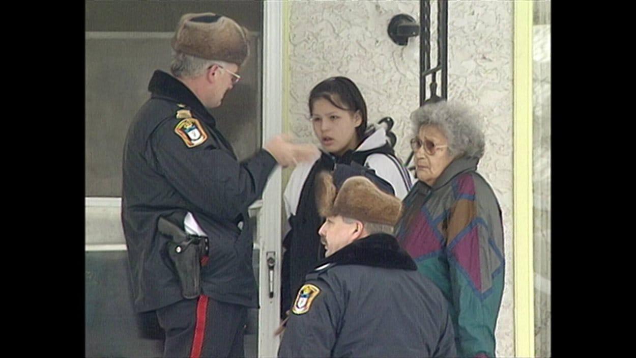 Krista Shore et sa grand-mère discutent avec les policiers le jour où sa mère a été tuée en 1996. (Archives)