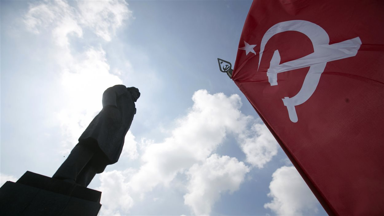 Le drapeau soviétique flotte lors d'une manifestation à Slaviansk, devant le statue de Lenine.