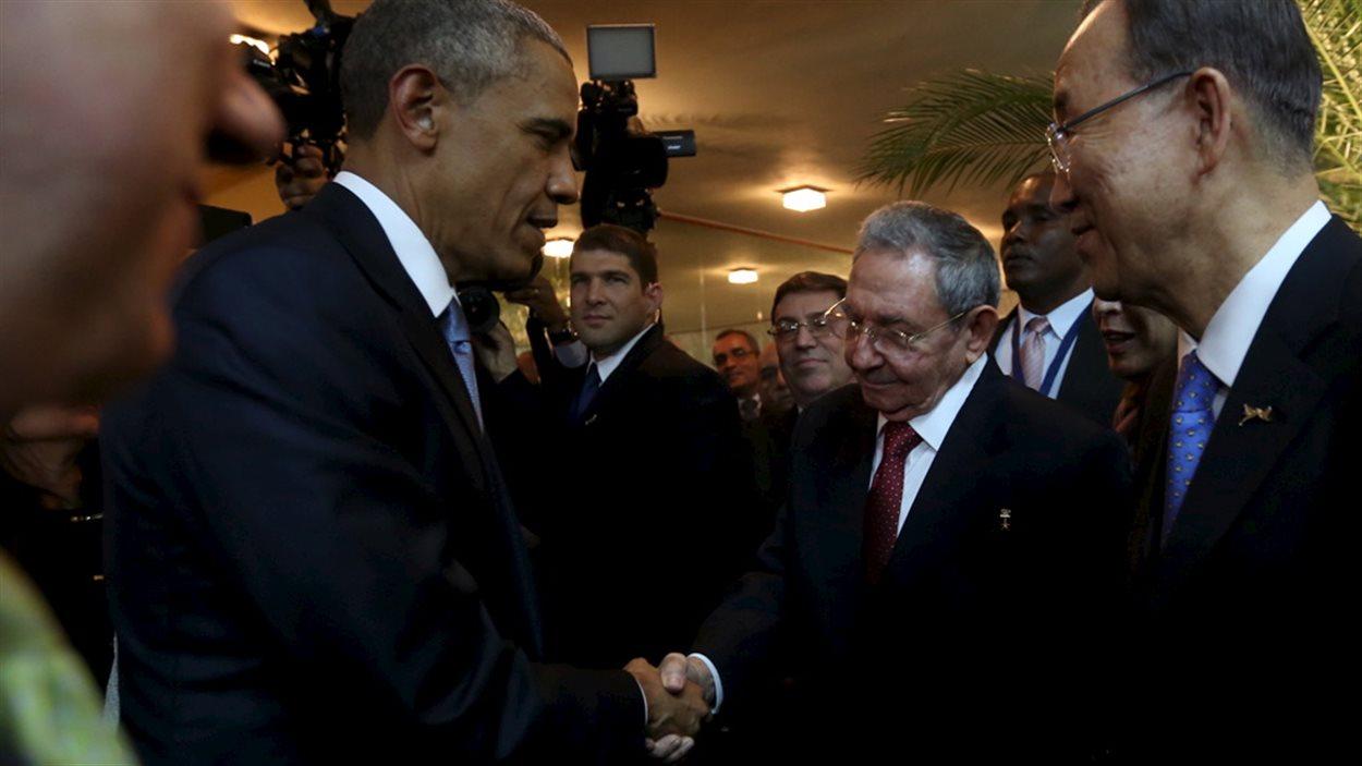 Le président américain Barack Obama serre la main de son homologue cubain, Raul Castro, sous les yeux du secrétaire général des Nations unies, Ban Ki-moon.