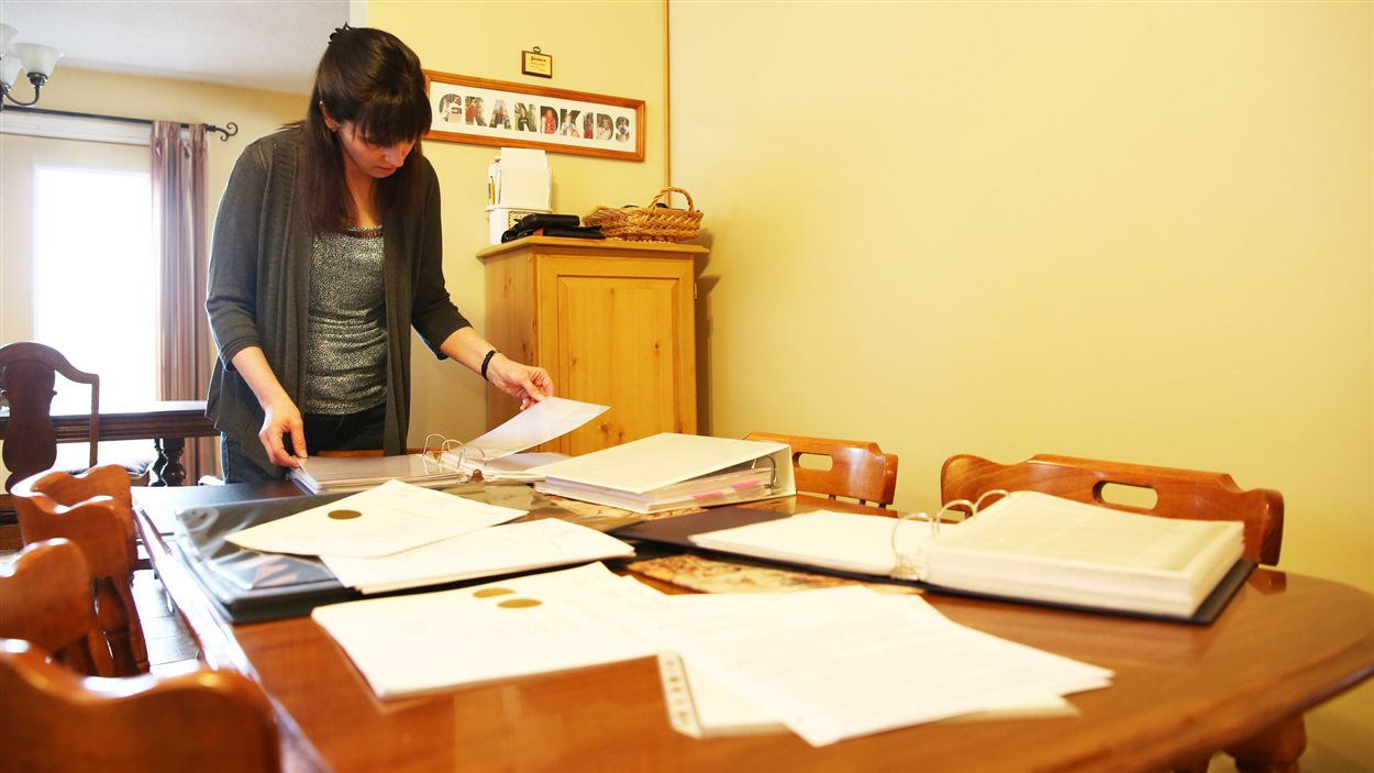 Janice Martell a recueilli des centaines de pages de documents sur la poudre d'aluminium.