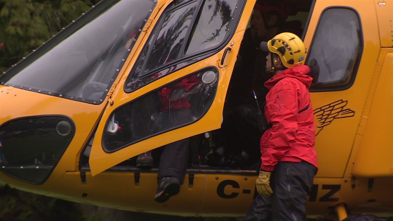 Des chercheurs près d'un hélicoptère.