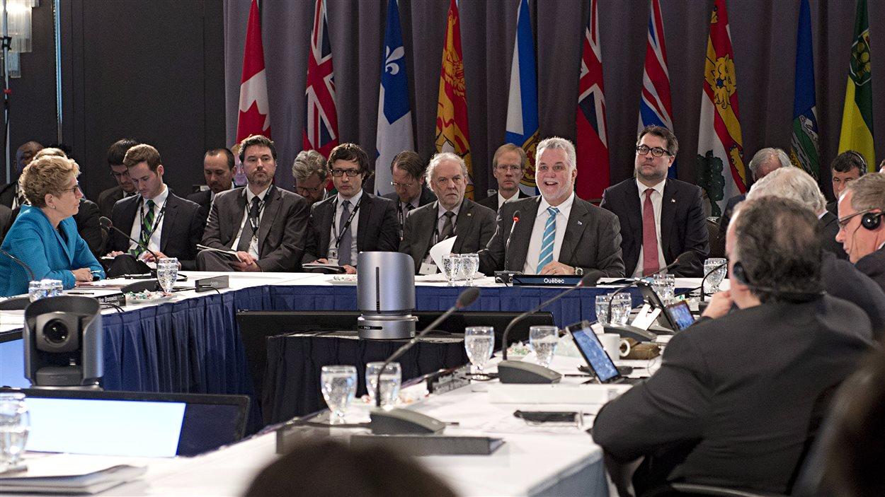 Le premier ministre du Québec, Philippe Couillard, accueille une partie de ses homologues provinciaux et des territoires à l'occasion d'une rencontre sur les changements climatiques à Québec.