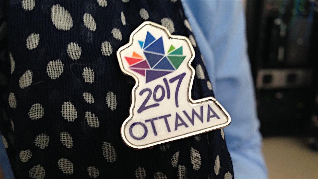 Une épinglette avec le logo d'Ottawa 2017.