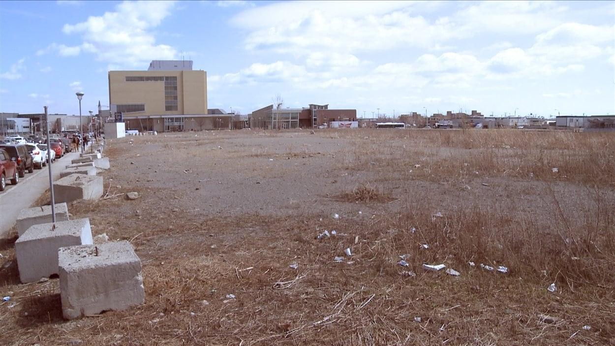 Un projet de plus de 400 millions de dollars est en préparation sur ce terrain de Laval, situé à l'ouest du métro Montmorency et au nord de la future Place Bell.