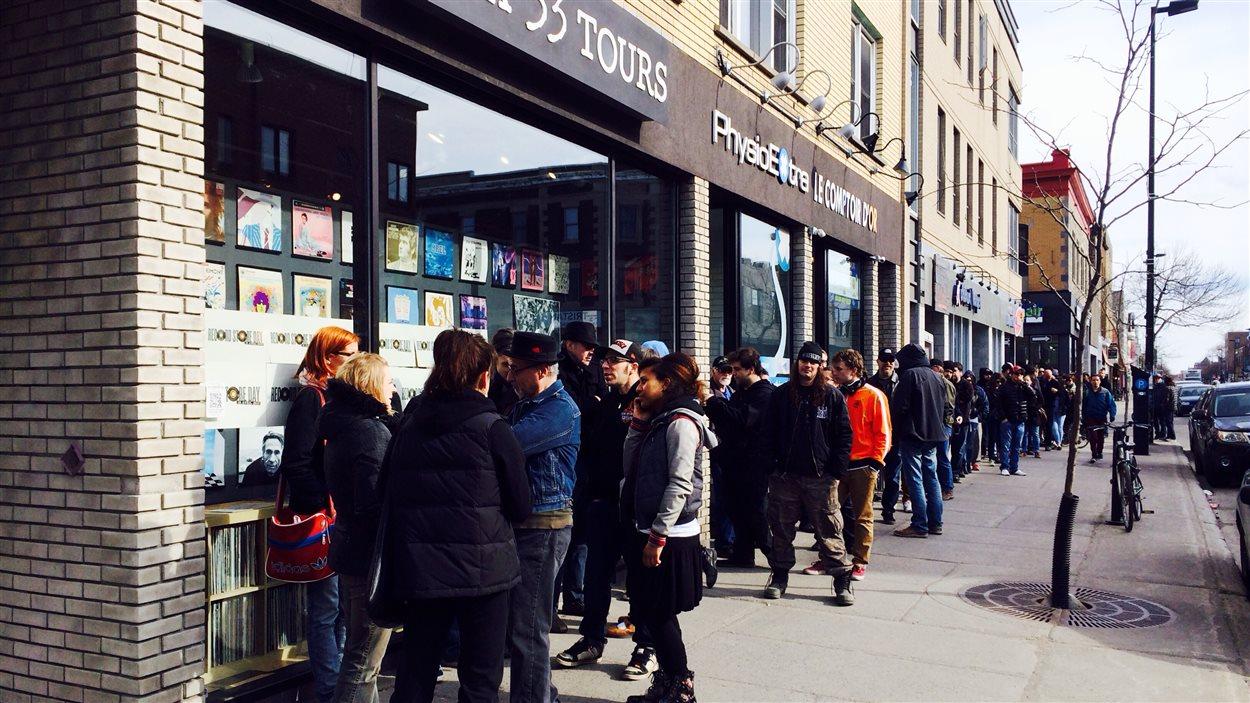 La file était longue devant le magasin de disques Aux 33 tours avant l'ouverture.