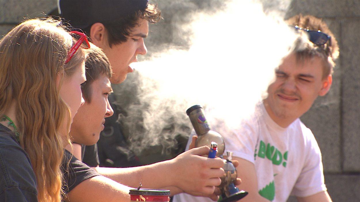 Des jeunes fument de la marijuana à Vancouver