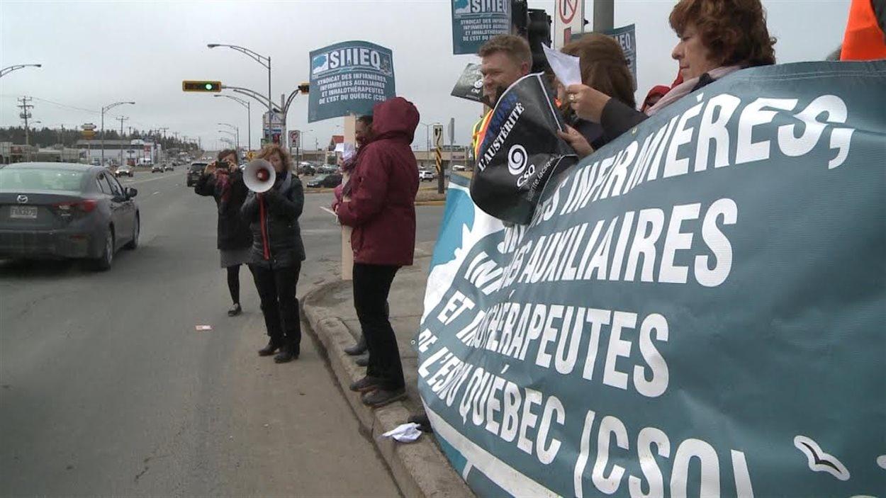 Une cinquantaine de membres du Syndicat des infirmières, infirmières auxiliaires et inhalothérapeutes de l'Est-du-Québec (SIIIEQ-CSQ) ont manifesté à Matane.