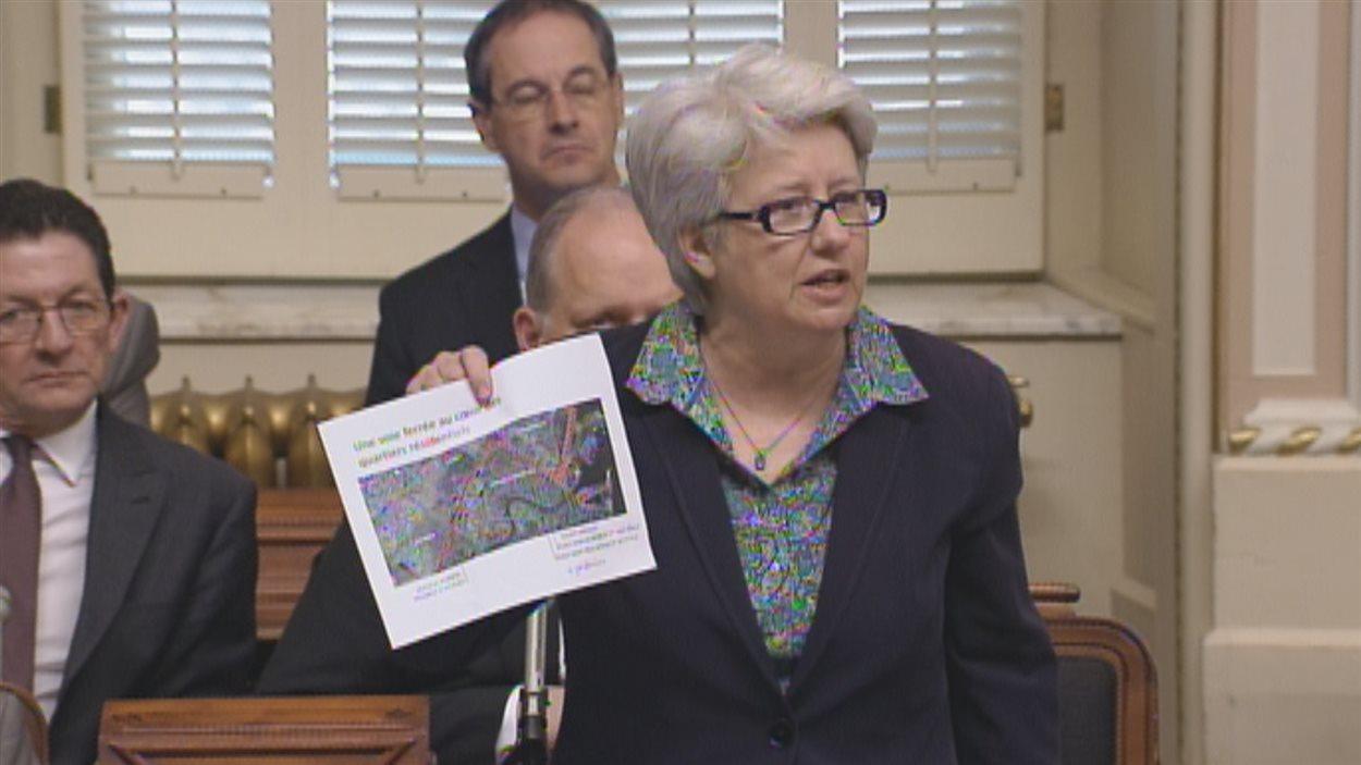 Carte à la main, Agnès Maltais montre la voie qu'emprunterait un train chargé de pétrole qui circulerait à destination de la baie de Beauport.