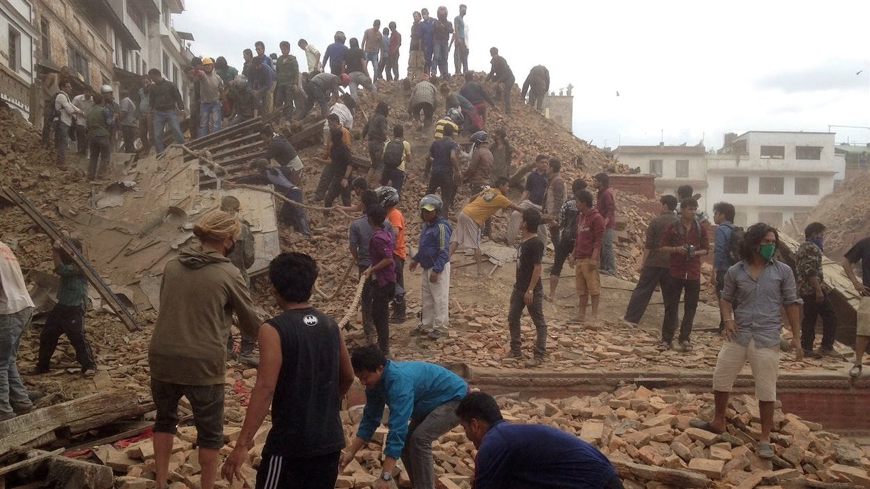 Des volontaires sont venus aider les secouristes qui tentent de retrouver des personnes ensevelies sous les décombres après le tremblement de terre dans le centre du Népal.