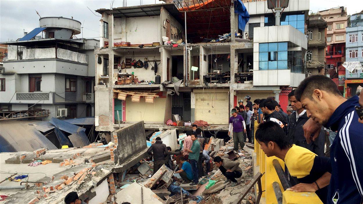 Les débris engendrés par l'effondrement d'une construction du Durbar Square, à Katmandou, au Népal, à la suite du puissant tremblement de terre, le 25 avril.