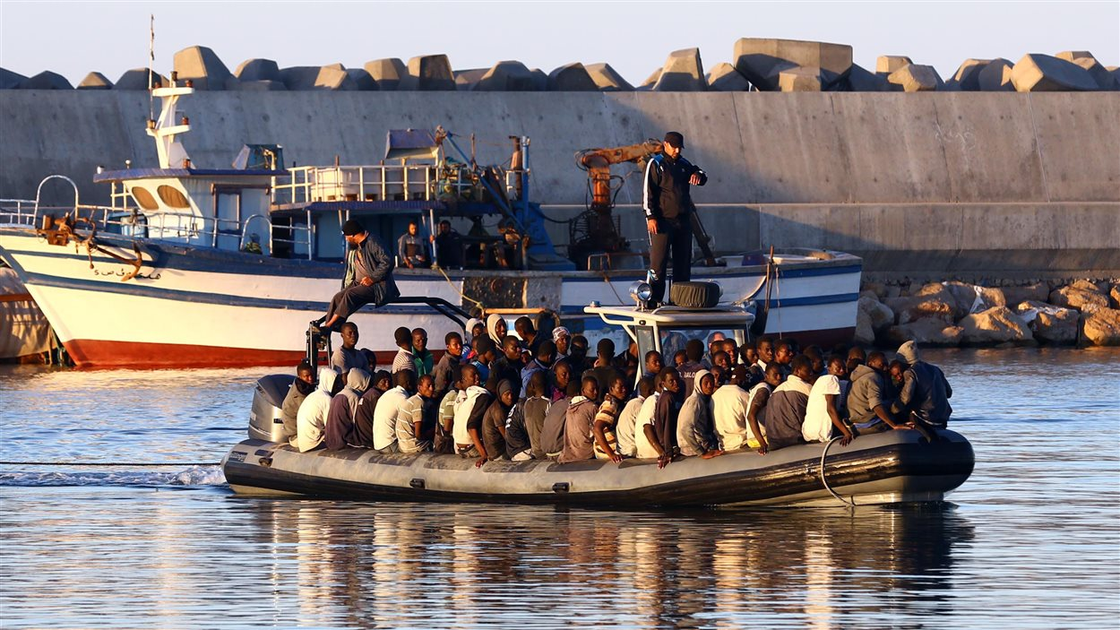108 migrants africains subsahariens sont sauvés par la garde-côtière libyenne après que leur bateau gonflable a commencé à couler à 60 kilomètres de la capitale Tripoli le 20 novembre 2014.