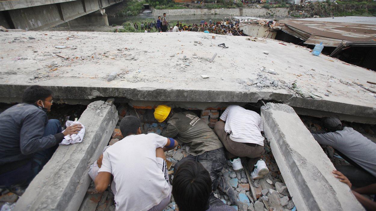 Des secouristes tentent de sortir des victimes des décombres au carré Durbar.