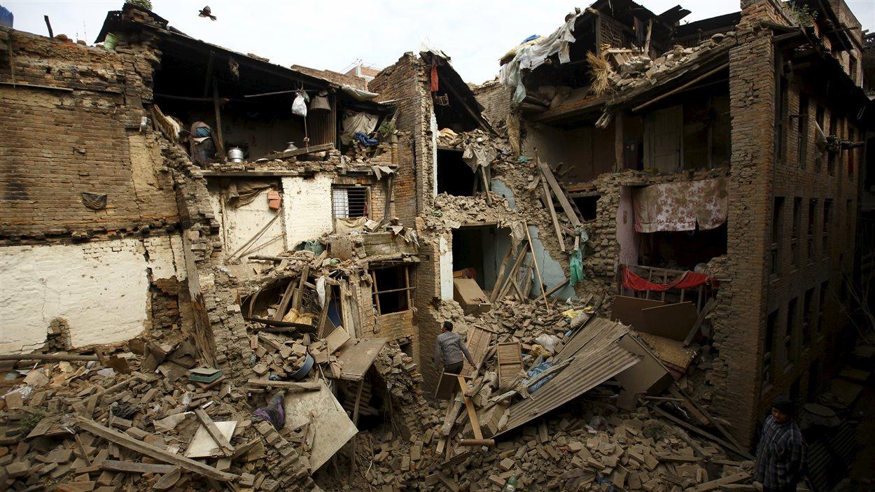 Des Népalais cherchent des membres de leur famille dans les décombres.