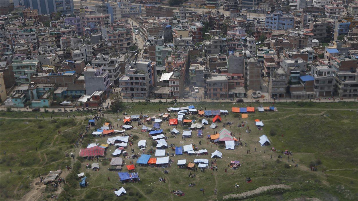 Des Népalais se sont réfugiés dans des tentes dans une aire ouverte hors de la ville près de l'aéroport Tribhuwan.
