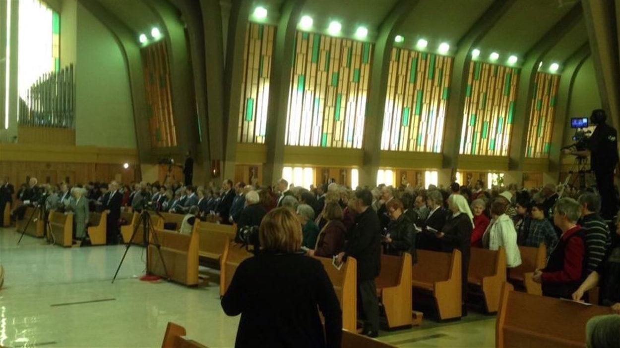 L'église St-Robert est bondée. Il y a environ 1000 personnes dans la nef, 600 au sous-sol et plus de 1200 à la Maison-Mère