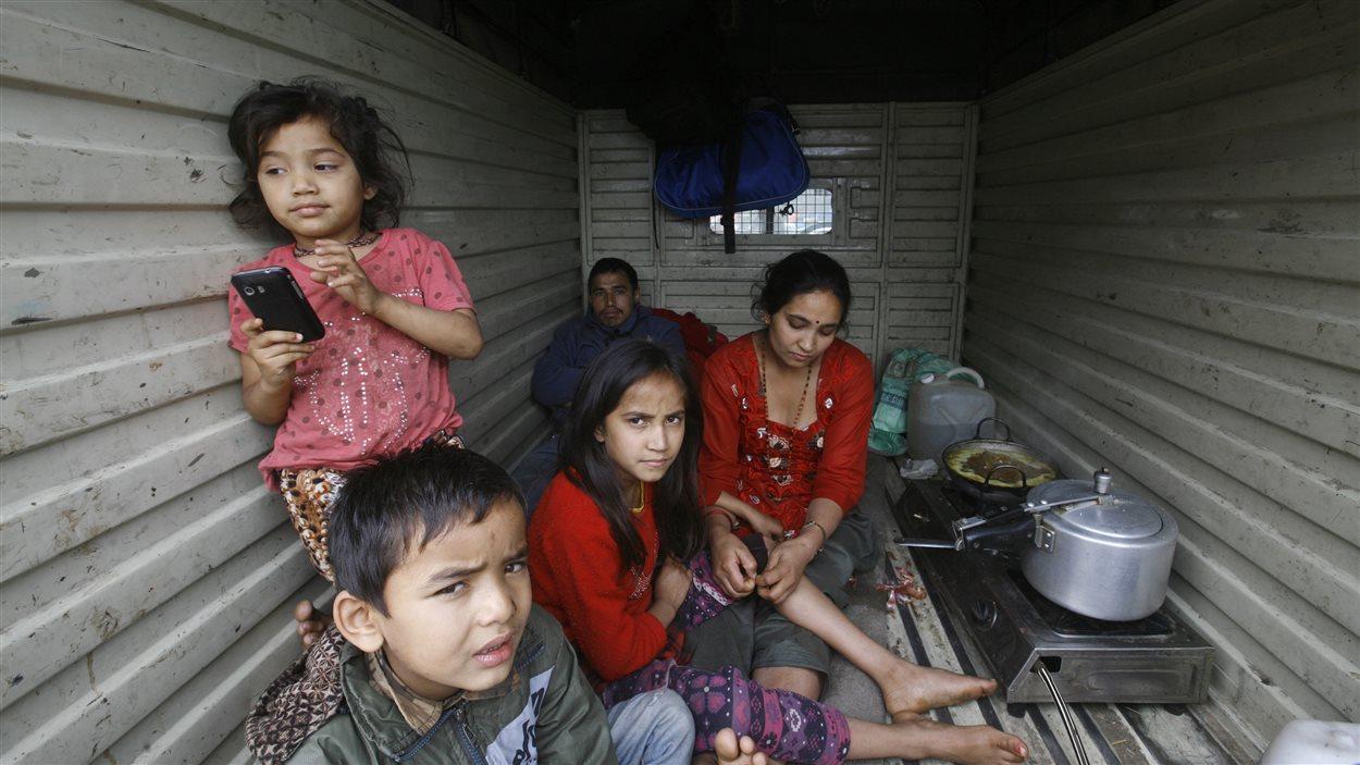Des Népalais ont trouvé refuge dans un abri de fortune.
