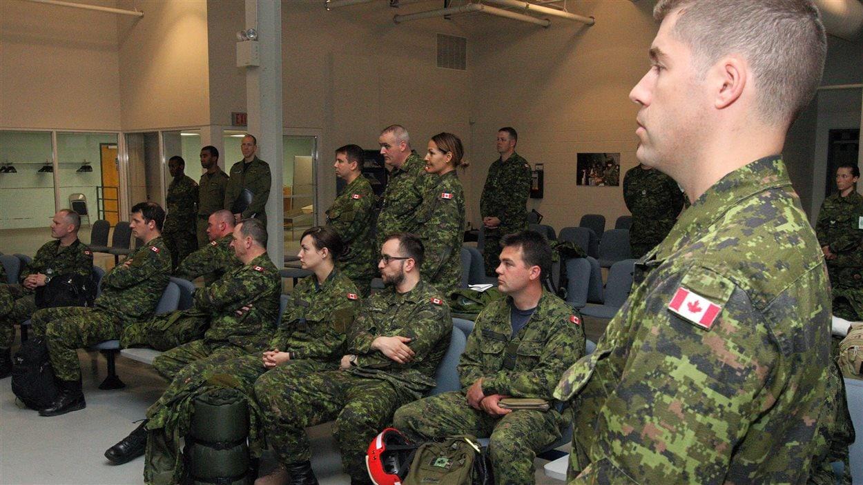 Des membres des Forces canadiennes attendent à la base militaire de Trenton, en Ontario, leur départ pour le Népal.