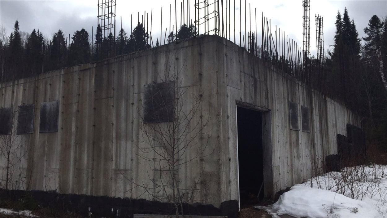Une fondation en béton pour une synagogue dont la construction a été interrompue par la municipalité de Sainte-Agathe.