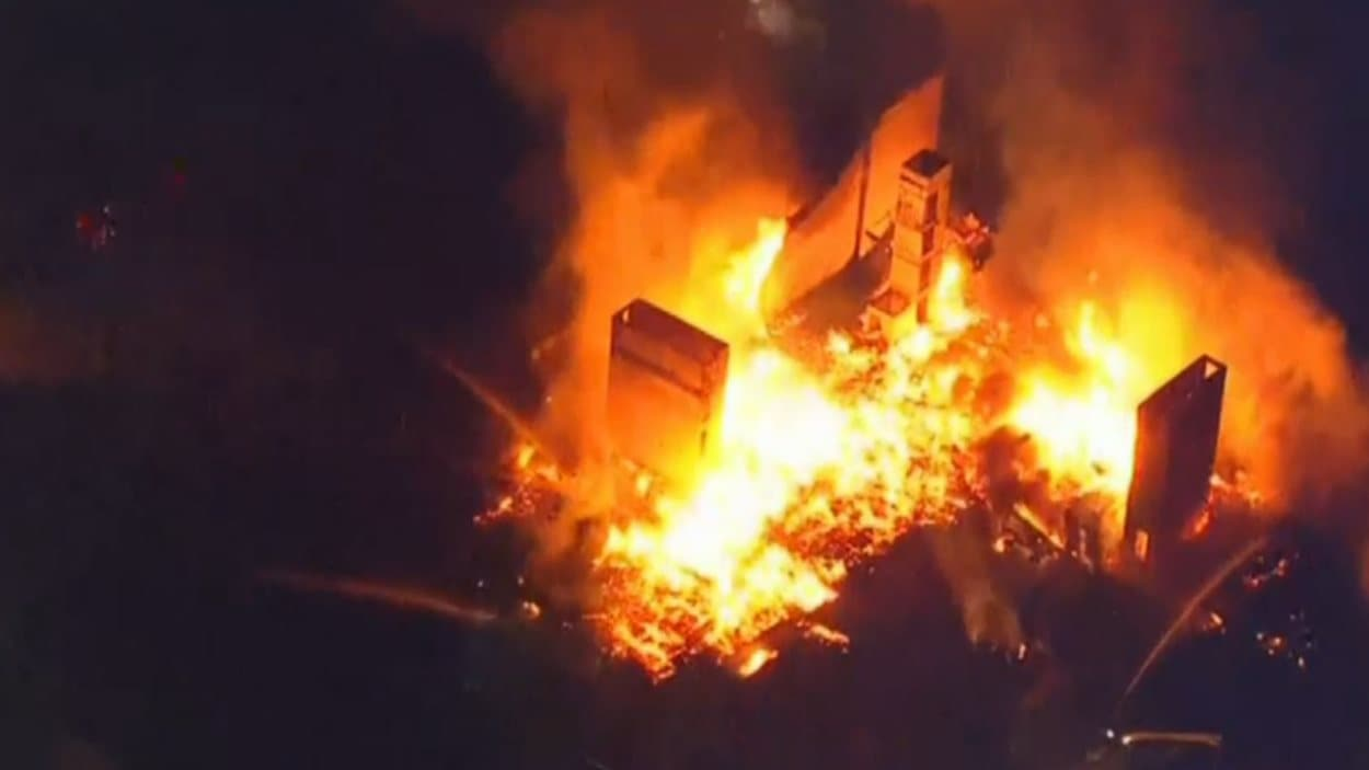 Un immeuble pour personnes âgées est la proie des flammes.