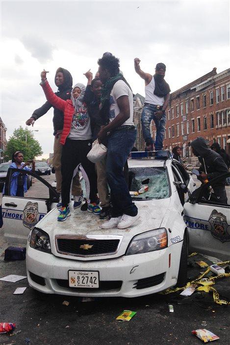 Des émeutiers à Baltimore