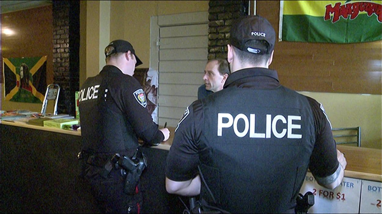 Le gérant a invité les policiers d'Ottawa à venir visiter le salon.