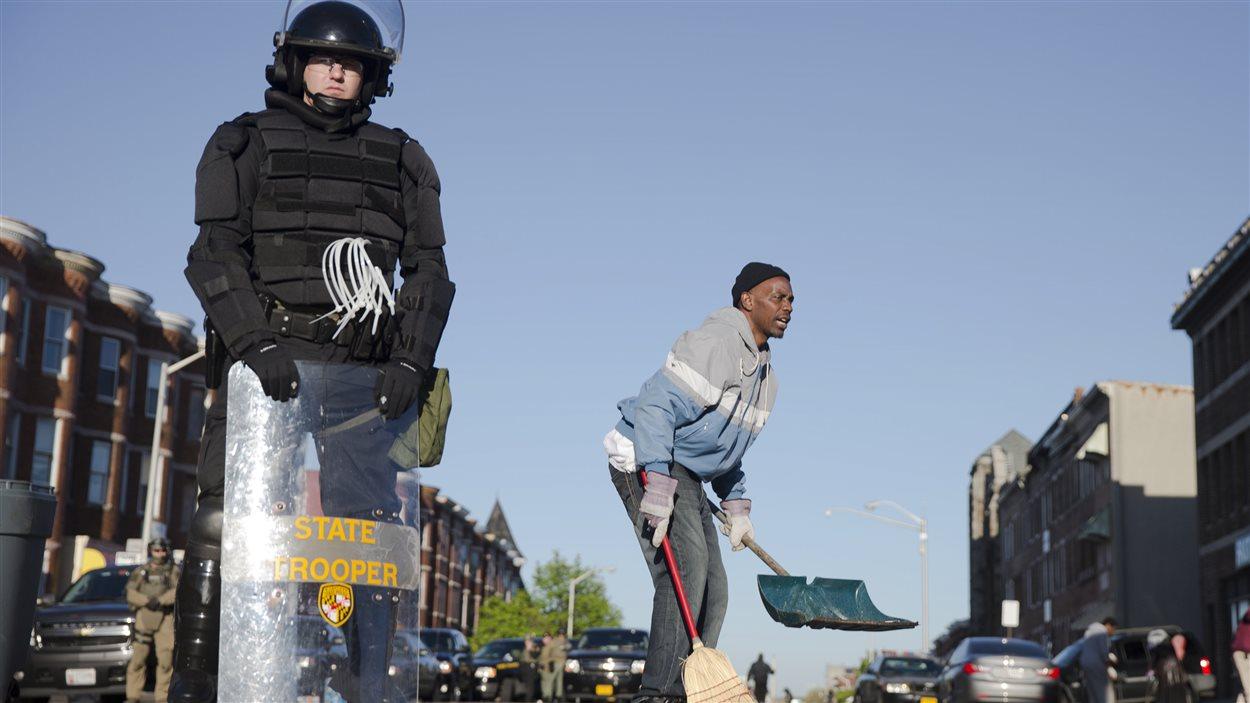 Nettoyage dans les rues de Baltimore au lendemain de violentes émeutes