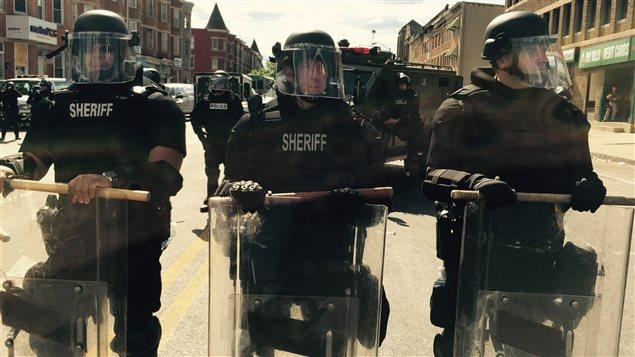 Des policiers font face aux manifestants à Baltimore.